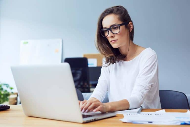 בחורה צעירה יושבת מול מחשב
