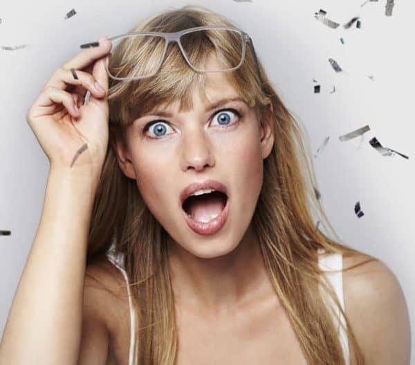 אישה מקבלת את הבשורה המשמחת לקבלת הלוואה במקס