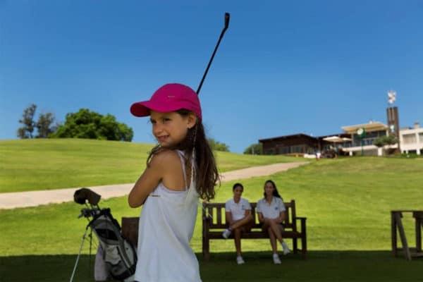ילדה משחקת גולף בקיסריה