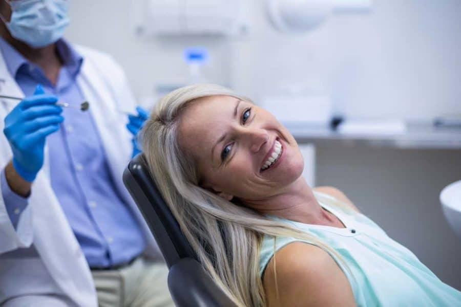 אישה עורכת טיפול שיניים אצל רופא במכבי שירותי בריאות