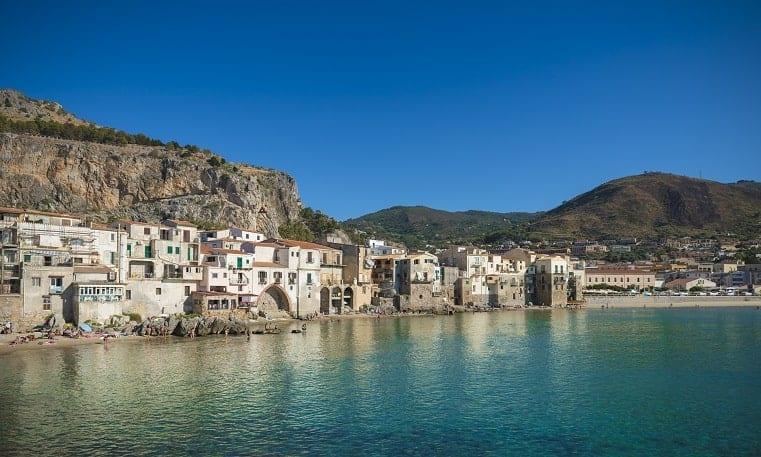 לוקיישן הכי מדהים בסיציליה צ׳פאלו, השוכנת בצפון-מרכז סיציליה עם רצועת ים