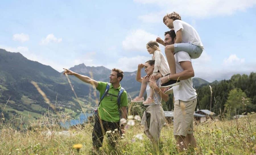 טראק משפחתי בהרים של איזור הקלאב מד ואלמורל (Club Med Valmorel)