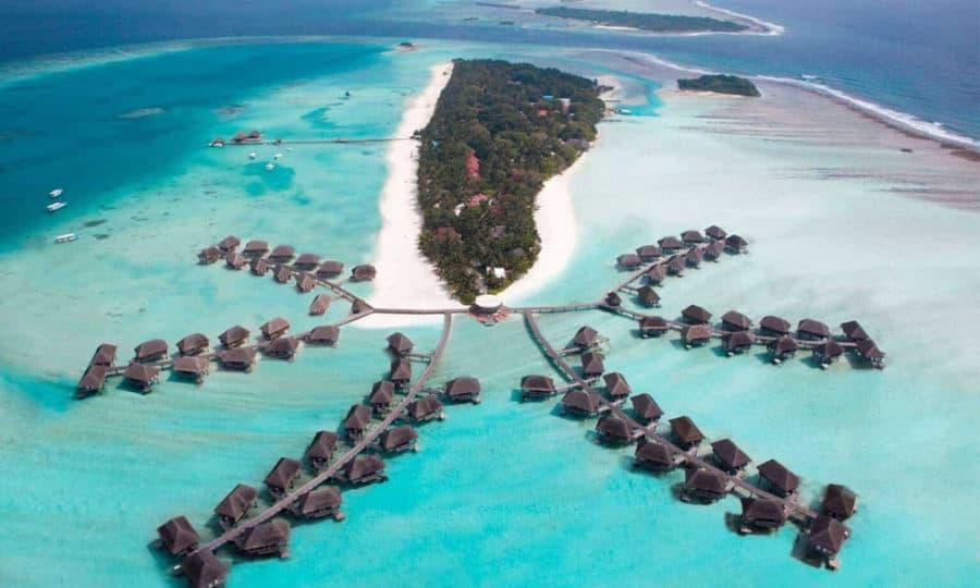 האיים המלדיביים תצפית מרחפן על האיי והבקתות על המים