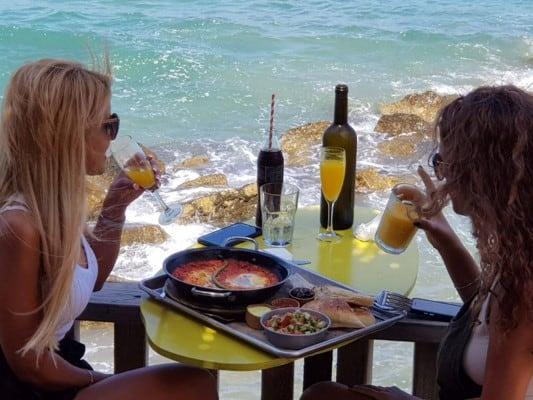 ארוחה בנמל קיסריה